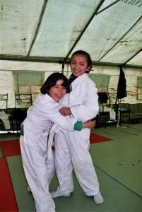 De første treningene for jentene fra barnehjemmet trente i et telt vi fikk låne av UNICEF. Muruari og Zainab. Foto: Birgit Ryningen